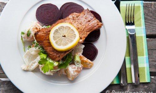 Varmrökt lax med potatissallad, rödbetor och citron. En god lunch eller middag med hemrökt lax eller annan varmrökt fisk.