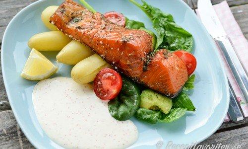 Lättlagad mat som varmrökt lax med kokt potatis och romsås
