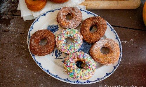 Hemgjorda veganska munkar eller doughnuts på fat