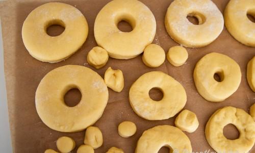 Veganska munkarna eller doughnuts på jäsning
