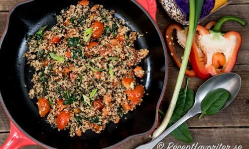 En vegan och vegetarisk sallad med quinoa i olika färger, tomat, paprika och grönt.