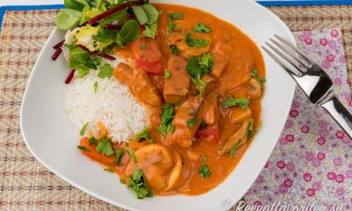 Vegan Stroganoff på tallrik med ris och grönsallad