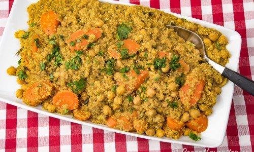 Vegansk kikärtsgryta kokt med quinoa, morot och garam masala.