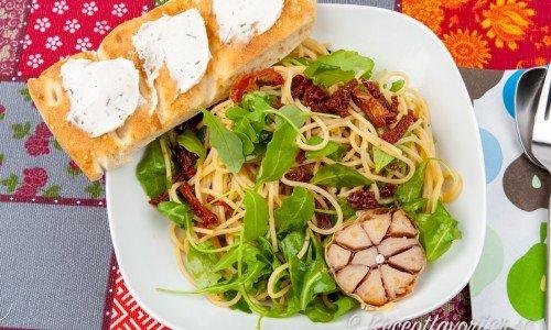 Vegansk pasta i tallrik med tillbehör.