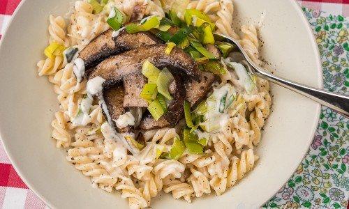 Vegansk pasta med ädelostsmak, portabello-svamp, vitlök och purjolök.