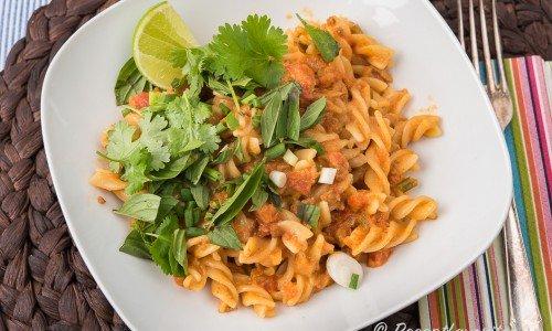Vegansk thai pasta serverad i djup tallrik