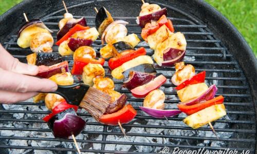 Pensla spetten med marinad när du grillar dem så får de god smak.