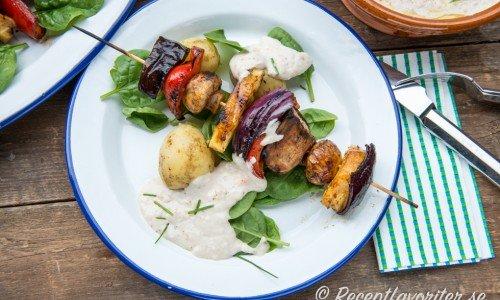 Veganska grillspett eller grönsaksspett med vit bönröra, färskpotatis och grönsallad.