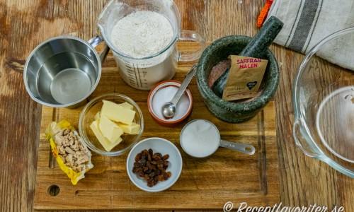 Ingredienser till lussebullarna med kanelfyllning