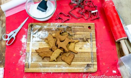 Nygräddade, knapriga och kryddiga veganpepparkakor på skärbräda