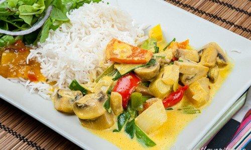 Vegetarisk currygryta på tallrik med ris och grönsallad