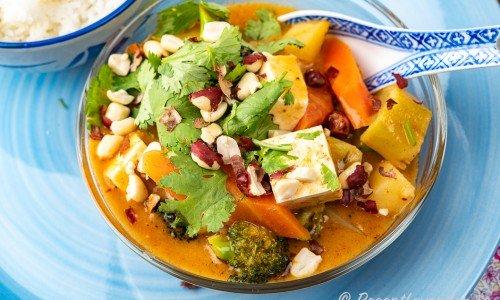 Vegetarisk Massaman curry med tofu i skål
