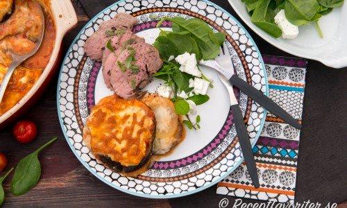 Lammrostbiff med Grekisk potatis- och auberginegratäng, färsk oregano och en feta- och babyspenatsallad.