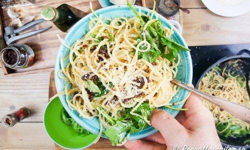Vegetarisk pasta med chili, vitlök och soltorkade tomater