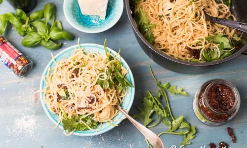 Salta soltorkade tomater, smakrik chili och ruccola samt aromatisk basilika blir mycket gott ihop.
