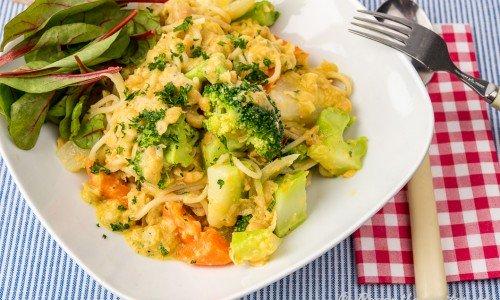 Vegetarisk och vegan pasta med kikärtor i tallrik