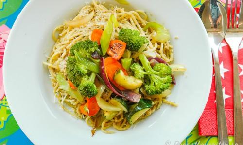 Vegan pasta med solrospesto toppad med grönsaker