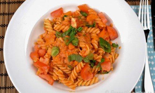 Vegetarisk pastasås - här med pastaskruvar men du kan laga med valfri pasta.