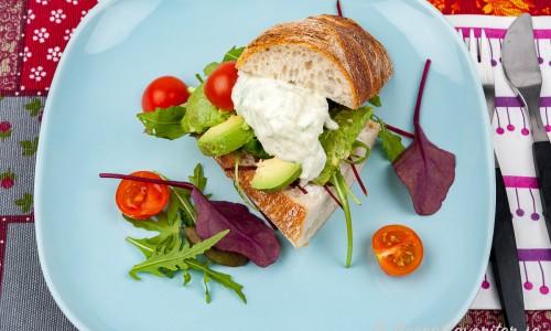 Vegetarisk sandwich på tallrik