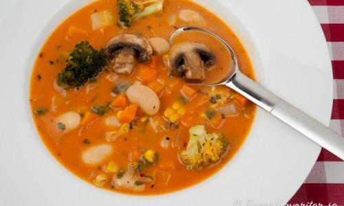 Grönsaker som passar i soppan är stora vita bönor, broccoli, morot, champinjoner - eller ta grönsaker du gillar.