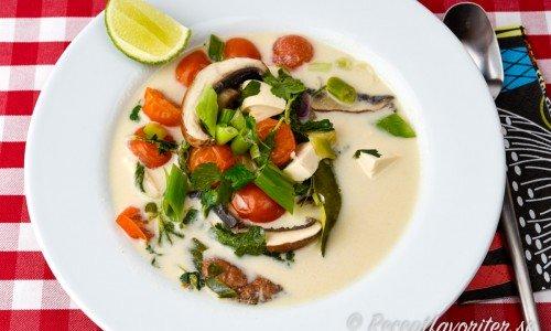 Vegetarisk soppa med kokosmjölk, grönsaker och tofu i tallrik