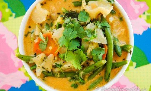 Vegetarisk thaigryta med röd curry, kokosmjölk och grönsaker.