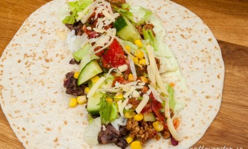 Ett förslag är att fylla bröden först med guacamole, sedan svarta bönor, quornfärs, tomatsalsa, grönsaker och jalapenos.