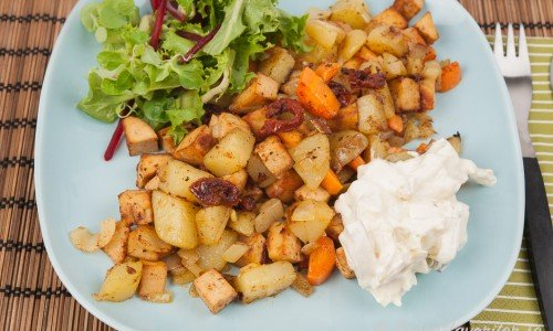 Vegopytt med kokt potatis, morötter, lök, quorn och soltorkad tomat. Här serverad med en äppelröra och grönsallad.