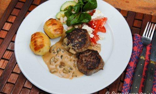 Viltbiffar med förslag på tillbehör - svampsås, hasselbackspotatis samt en sallad med tomat, blandade salladsblad, fetaost och avokado.
