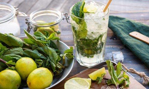 Virgin Mojito cocktail med lime, mynta, krossad is, sockerlag och sodavatten.