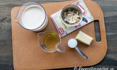 Ingredienser till vitchokladpannacottan med fläder