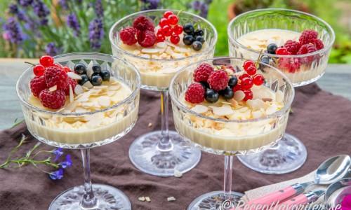 Gräddig pannacotta med fläder och vit choklad i dessertglas.