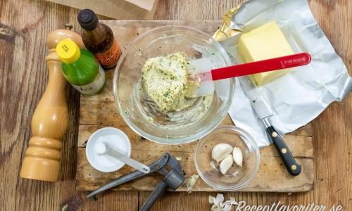 Ingredienser till vitlökssmör: mjukt smör, vitlök, salt, vitpeppar, citronsaft och worcestershiresås. Vidare passar persilja i.