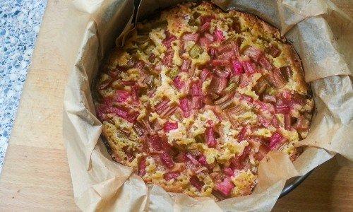 Vivis enkla rabarberkaka bakar du i en springform. En slags sockerkaka toppad med strimlad rabarber.