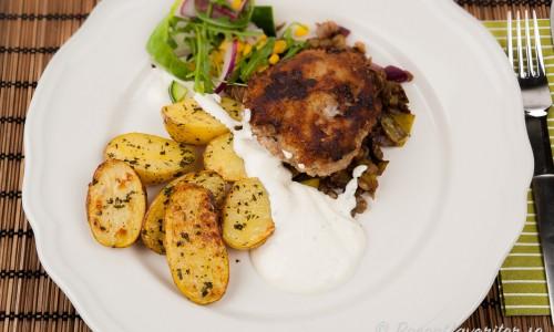 Wallenbergare med rostad potatis smaksatt med örter, limesås med crème fraiche-sås samt marinerade linser.