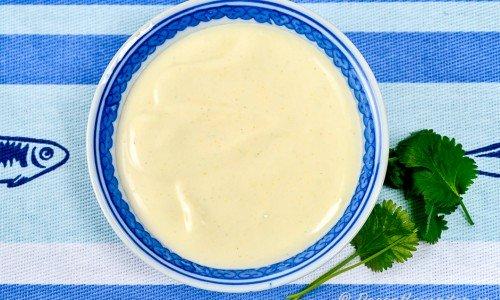 Wasabisås eller wasabikräm i skål.