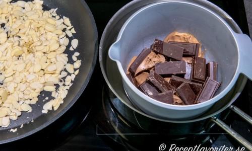 Rosta flagad mandel i en panna. Smält choklad och nougat i vattenbad.