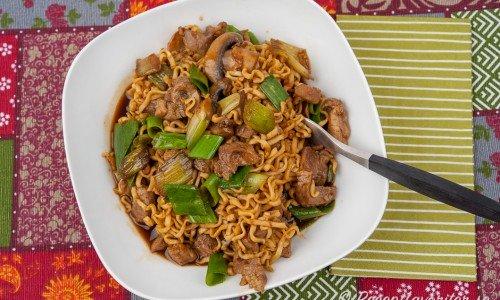 Wokad fläskfilé med nudlar, purjolök och champinjoner i kinesisk woksås.
