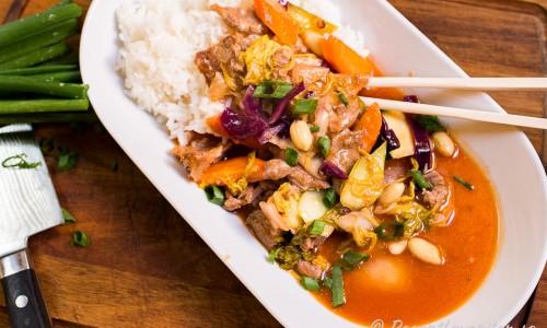 Wokad fläskkarré i sötsur sås på tallrik med ris