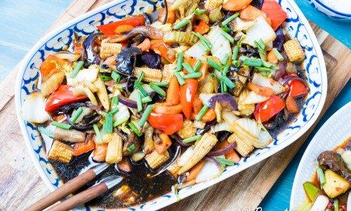 Wokade kinesiska grönsaker. Gott med ris och som tillbehör.  Fyllig smak av ljus och mörk kinesisk soja, sesamolja, vitlök, ingefära och chili. Här med bok choi (pak choi), champinjoner, paprika, svamp, salladskål, morötter och rödlök.