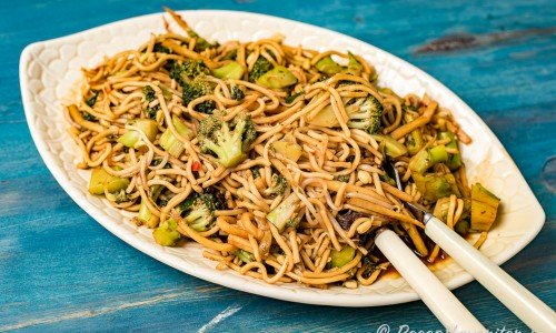 Wokade nudlar med broccoli på fat