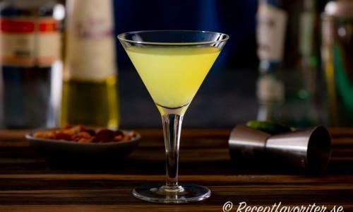 En drink med ljus rom, Galliano (örtlikör), Triple sec (apelsinlikör) och limejuice.