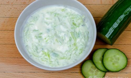 Yoghurtsås eller tzatziki utan vitlök med riven gurka i skål.