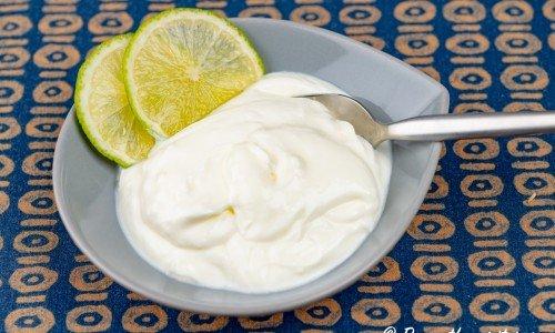 Yoghurtsås smaksatt med lime och vitlök i skål