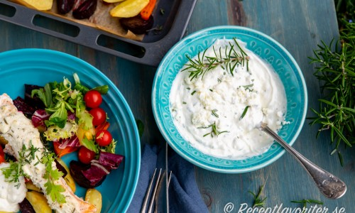Extra sås du blandar av matyoghurt, fetaost och samt smaksätter med rosmarin - samma smaker som i fetaoströran på laxen.