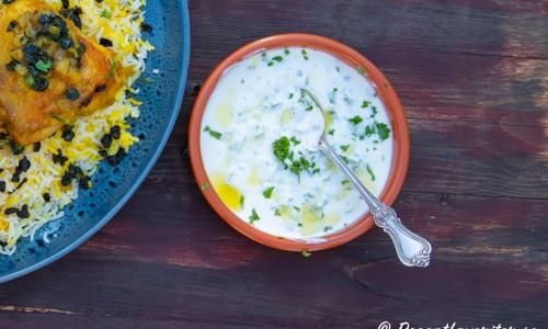 Yoghurtsås med persilja i skål
