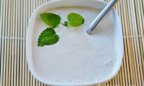 En kall yoghurtsås smaksatt med tandoori-krydda är gott till kycklingspetten.