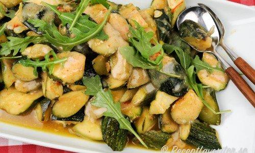 Stekt zucchini med vitlök på fat
