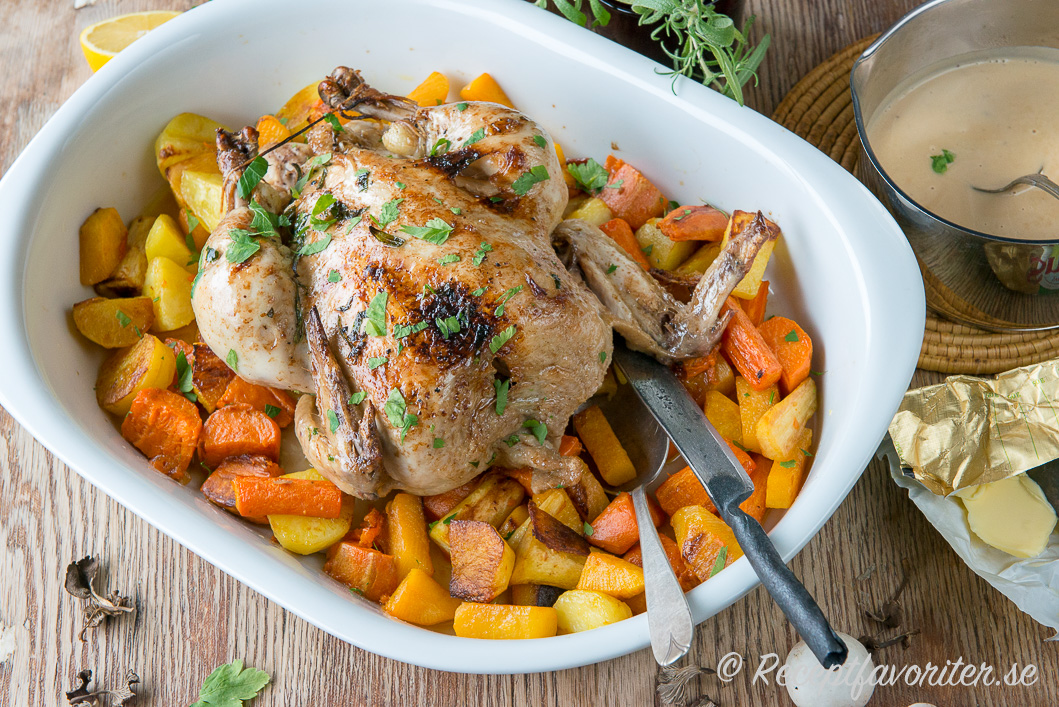 Ett förslag till servering - kör kycklingen så den får lite mer färg på en  bädd med tillagade rotfrukter innan servering. b46fef34b2055