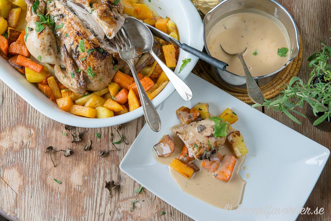 Skär upp och servera med sås på stekskyn från påsen. Här smaksatt sås med  torkade trattkantareller. Mums. Ugnsstekt kyckling i stekpåse ... bfc9c2c74f911